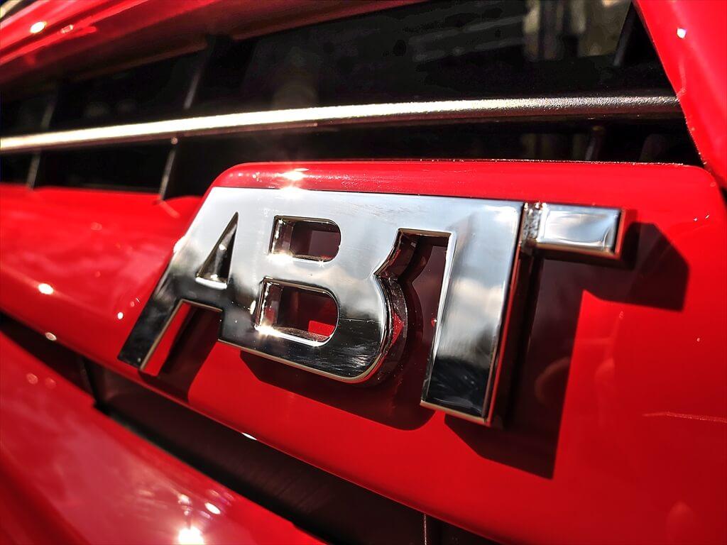 T6 ABT Chrom Logo auf roter Lackierung