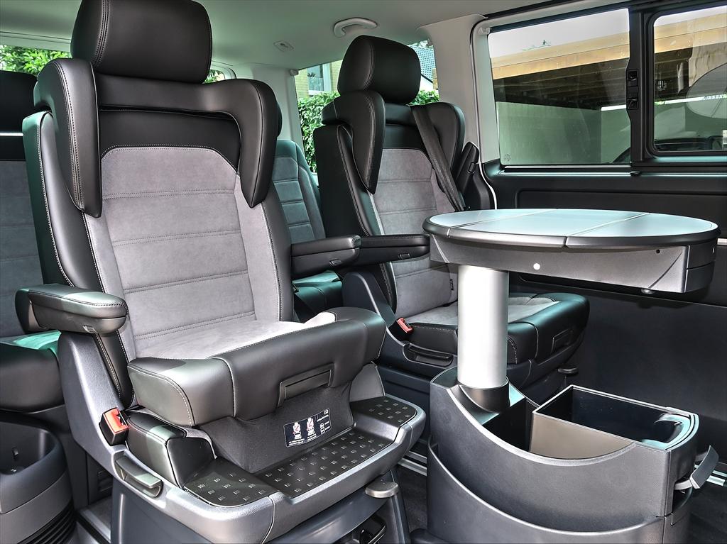 VW T6.1 Innenausstattung mit Leder und Boden im Holzlook